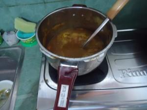 鍋に入ったルーなしカレー2