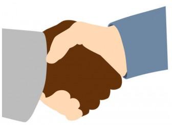 黒人男性と白人握手ベクトル イラスト   パブリックドメインのベクトル